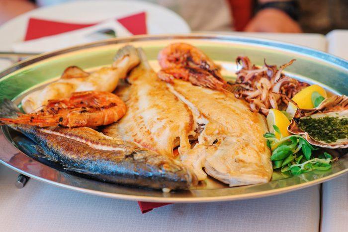 Authentieke Sloveense mixed grill van vis en zeevruchten