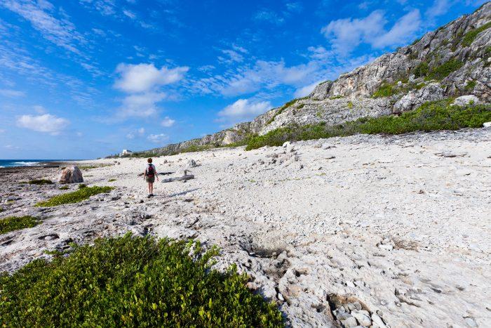 Cayman Brac pad over het strand
