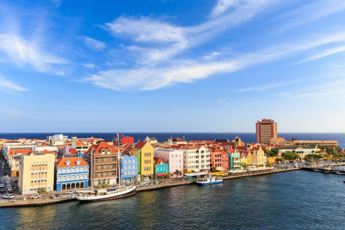De iconische gekleurde huizen op Curaçao