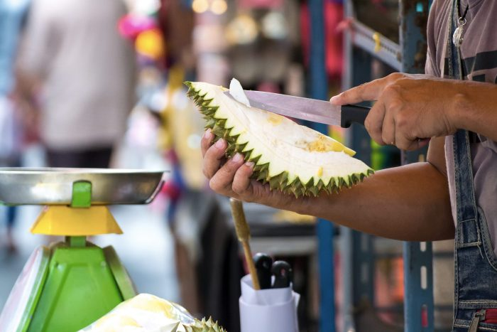 Durian wordt gesneden op straat