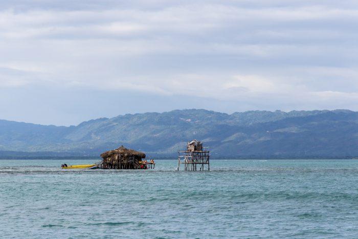 Floyd's Pelican Bar in het water op Jamaica