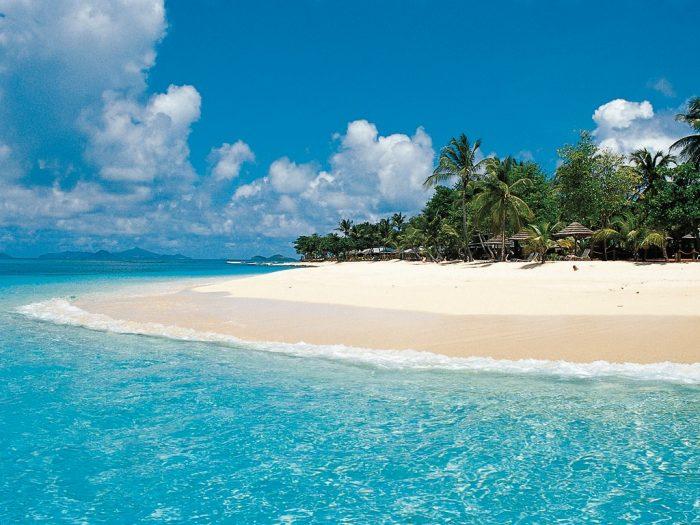 Helder blauw water en een wit strand op Petit Saint Vincent