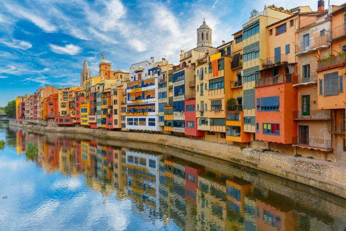 Kleurrijke huizen langs de Onyar Rivier in Girona