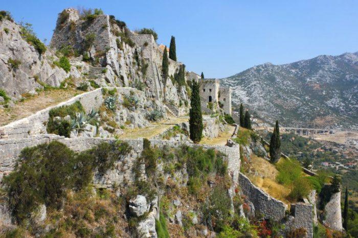 Klis Fortress op de heuvel bij Split