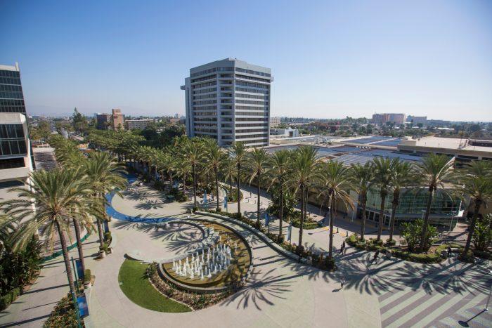 Palmbomen en gebouwen in Anaheim, Californie
