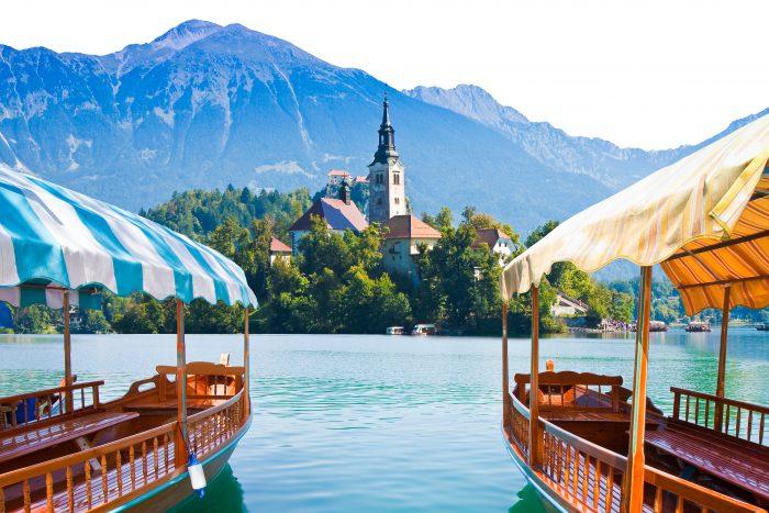 Pletna boten bij het Meer van Bled