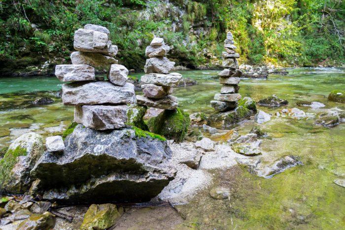 Stapels stenen langs de Radovna rivier in de Vintgar kloof