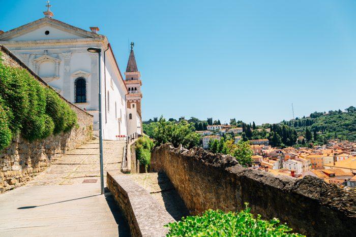Straat naar de St. George kerk in Piran