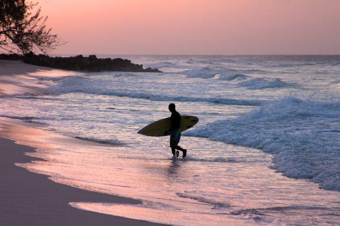 Surfer in het water op Barbados