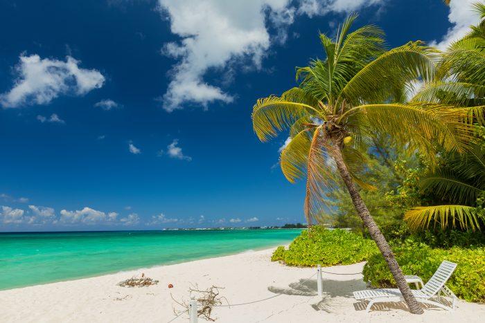 Tropisch strand op de Kaaimaneilanden