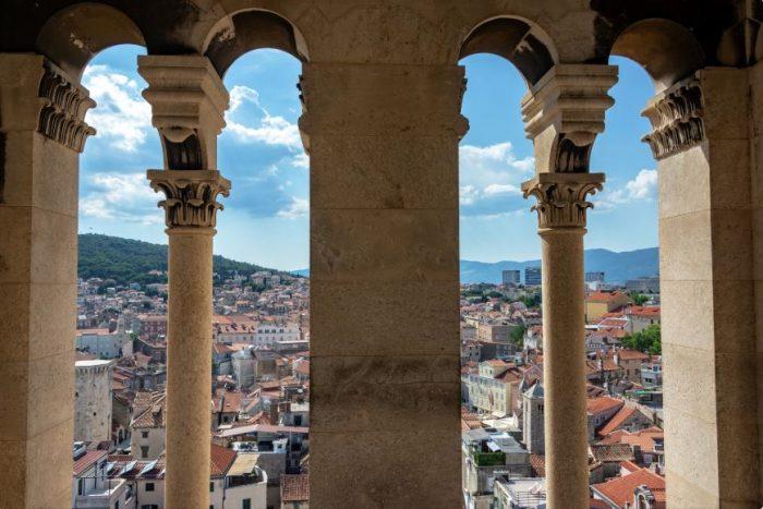 Uitzicht door Pillaren van het Domnius-kathedraal