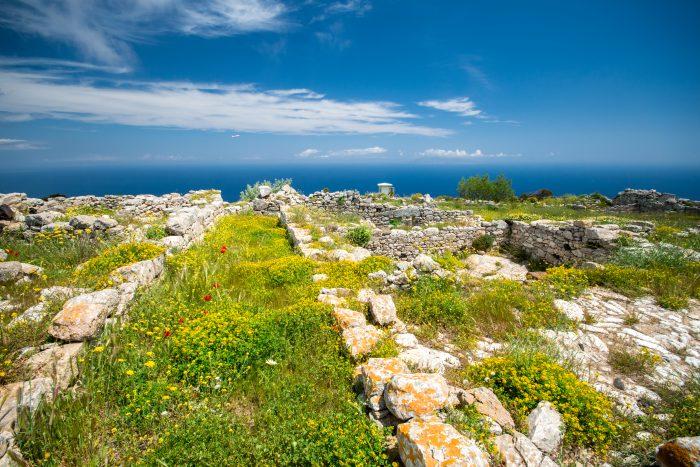 Uitzicht op ruïnes bij Ancient Thira