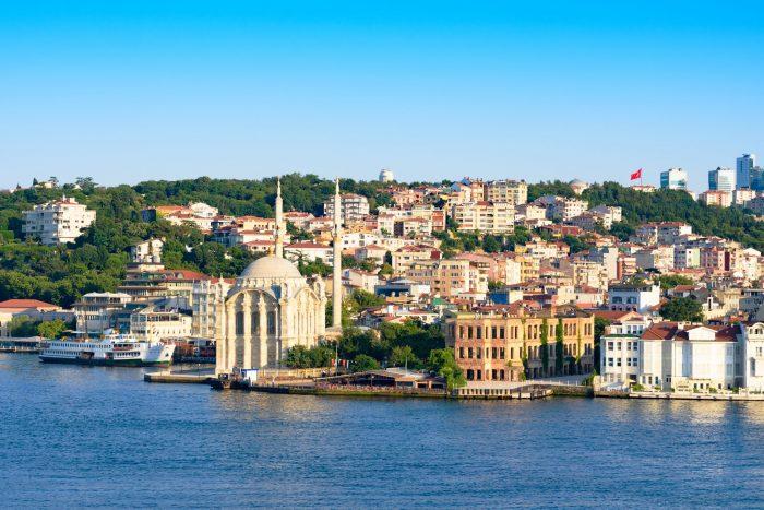 Uitzicht over Istanbul vanaf de Bosporus rivier