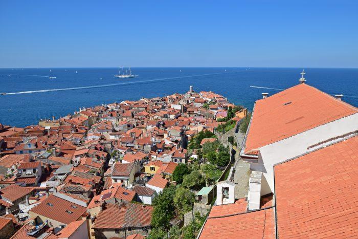 Uitzicht over daken van Piran vanaf de klokkentoren