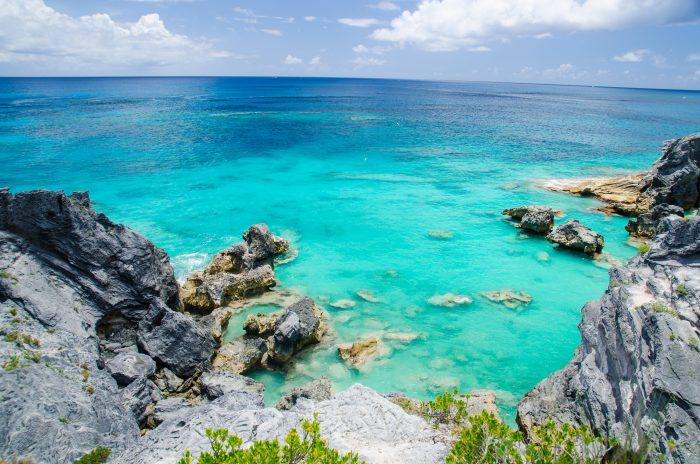 Uitzicht over het blauwe water en de rotsen van Bermuda