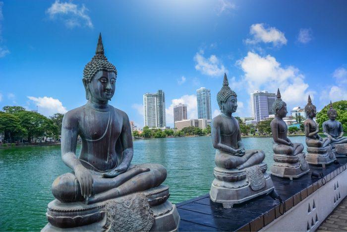 Backpacken Sri Lanka - Standbeelden Langs het water in Colombo