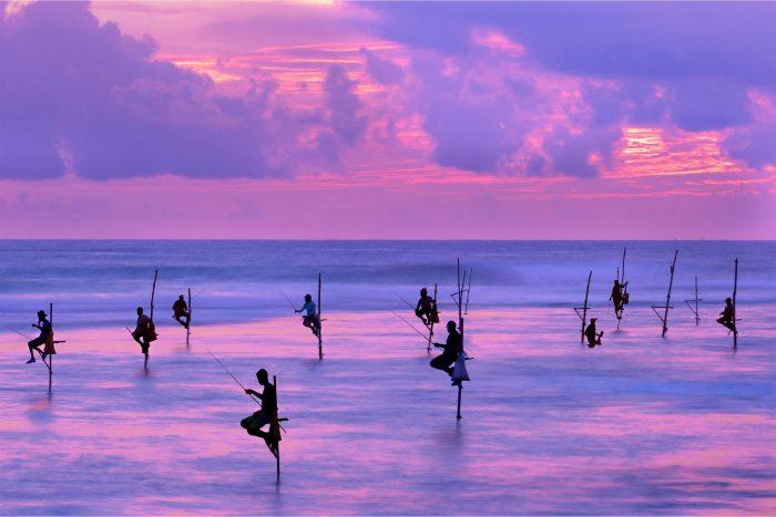 Backpacken Sri Lanka - Vissers in Water Bij Zonsondergang