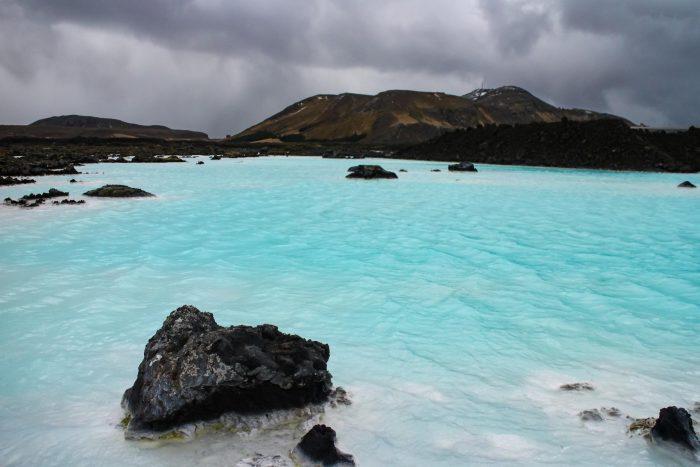 Backpacken in IJsland - Blue Lagoon met donkere wolken