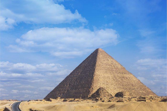 Piramide van Cheops bij de Piramides van Gizeh