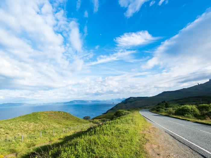 Rijden naar Isle of Skye in Schotland