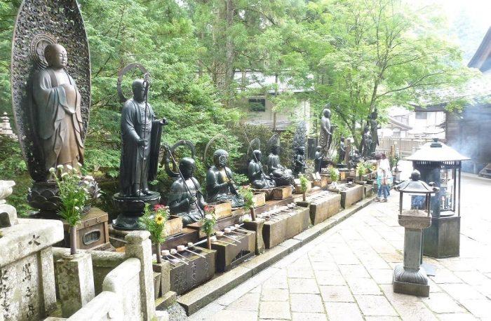 Beelden bij Okunoin Tempel