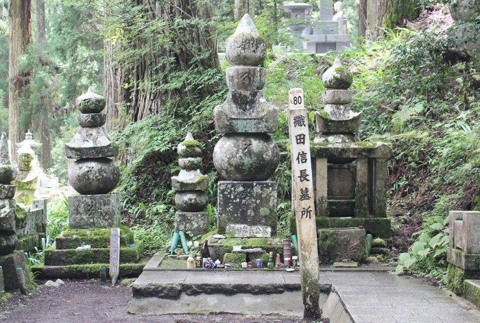 Graven bij Okunoin Tempel in Koyasan