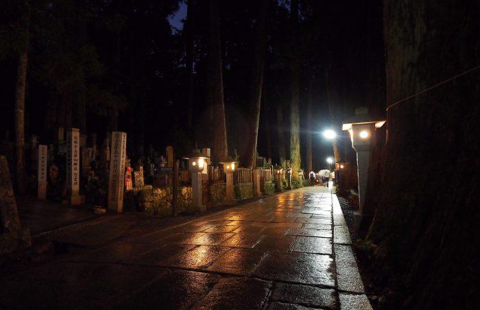 Paden bij Okunoin in de nacht