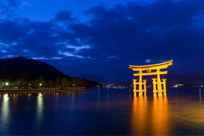 Torii poort bij Itsukushima-schrijn in de nacht