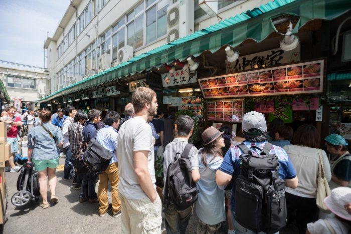 Gezellige kraampjes bij de vismarkt van Tsukiji in Tokyo