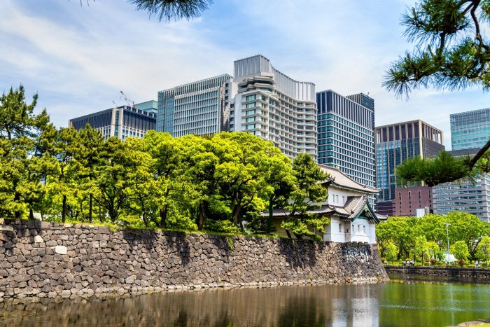 Keizerlijke Paleis met Wolkenkrabbers op de achtergrond