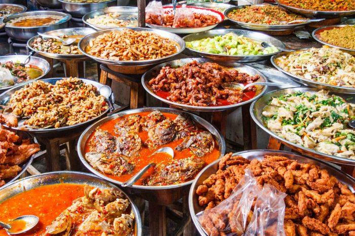 Borden met Thaise gerechten