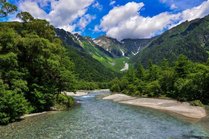 Rivier en bergen in Kamikochi, Nagano