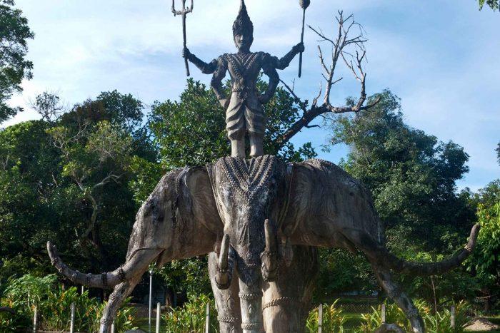 Beeld van Inra en Erawan in het Boeddhapark (Xieng Khuan)
