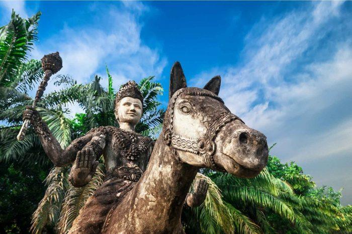 Beeld van paard en ruiter in het Boeddhapark (Xieng Khuan)