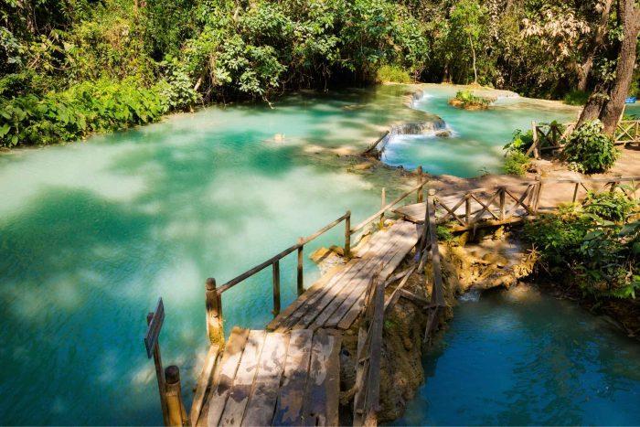 Bruggetje bij de Kuang Si watervallen