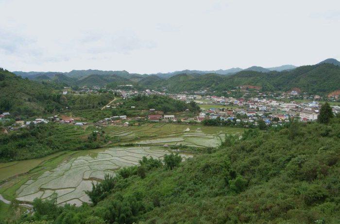 De groene rijstvelden en heuvels van Sam Neua