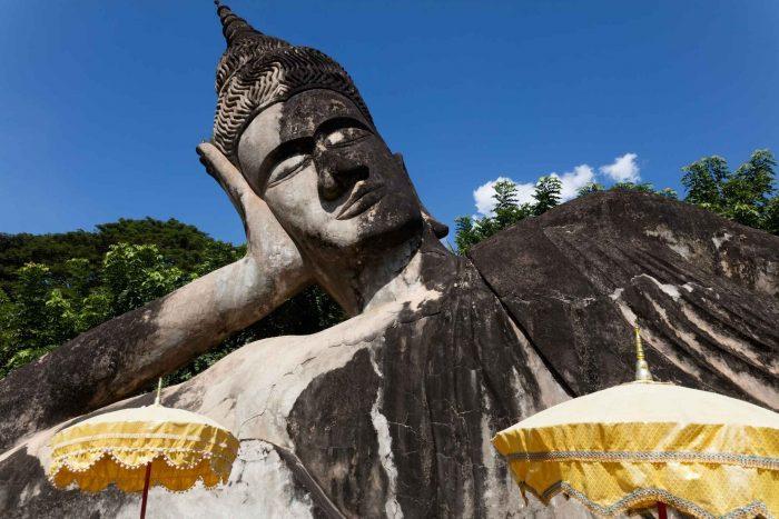 De grote liggende Boeddha in het Boeddhapark (Xieng Khuan)