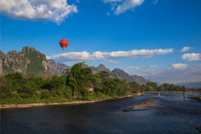 Luchtballon boven Vang Vieng in Laos