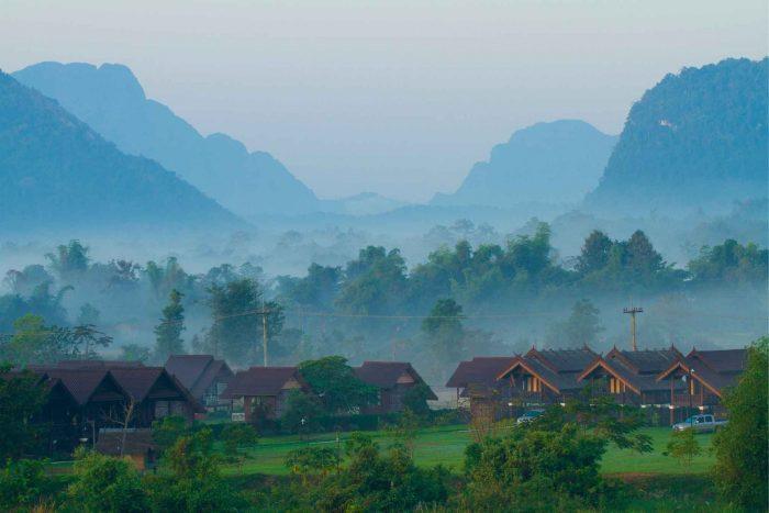 Mist in de heuvels van Vang Vieng
