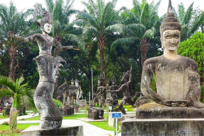 Standbeelden in Buddhapark, Laos
