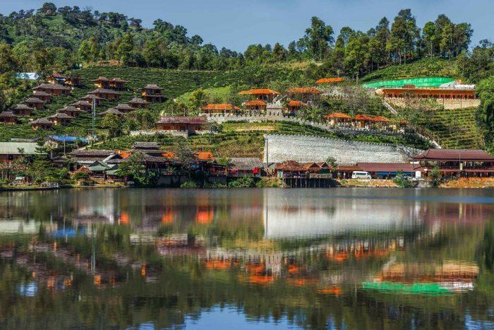 Traditionele huizen aan het water in Chiang Mai
