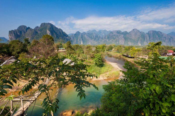 Uitzicht over de rivier van Vang Vieng