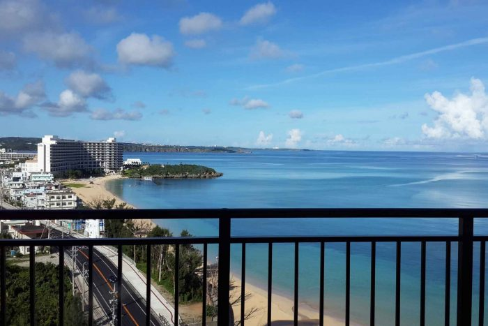 Uitzicht vanaf balkon op Okinawa-Honto