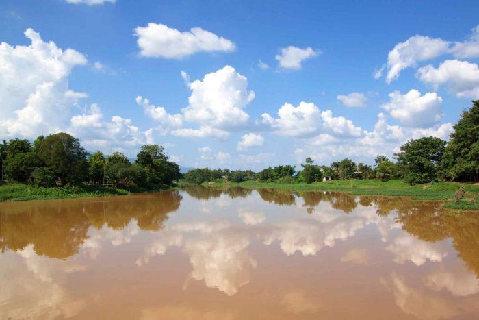 Varen over de Mae Ping rivier in Chiang Mai