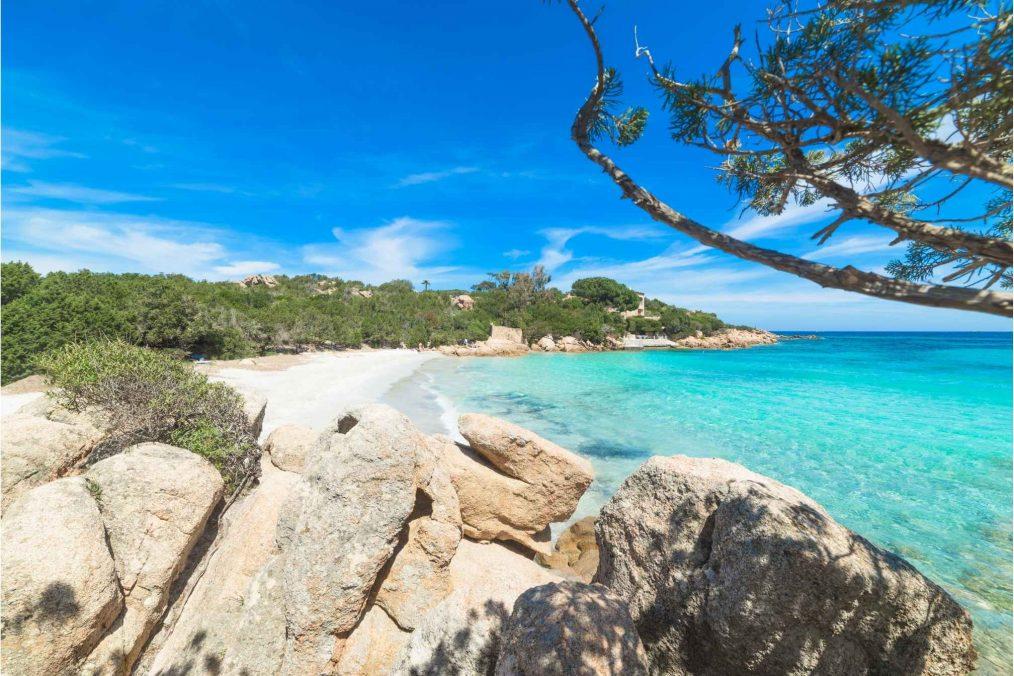 Capriccioli Beach bij Costa Smeralda in Sardinië