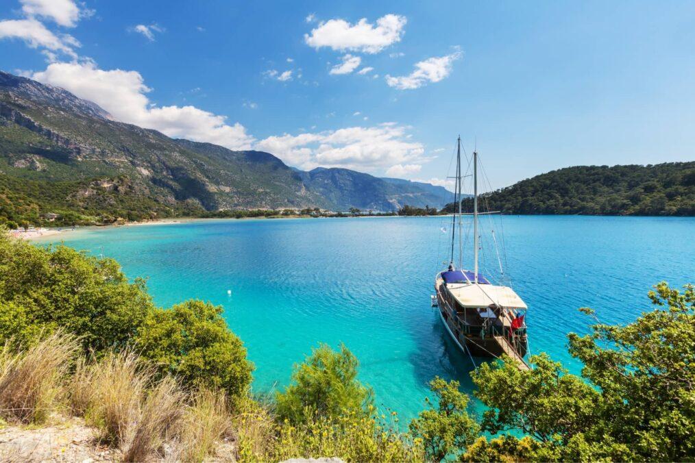 De heldere blauwe zee bij de kust van Turkije