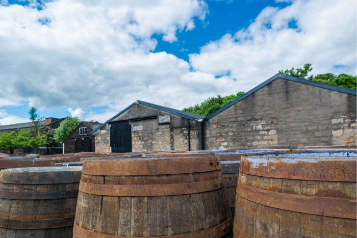 Distilleerderij met vaten Schotse whisky