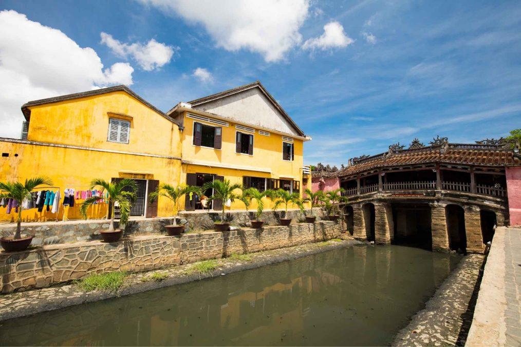 Gele huizen en de brug in Hoi An