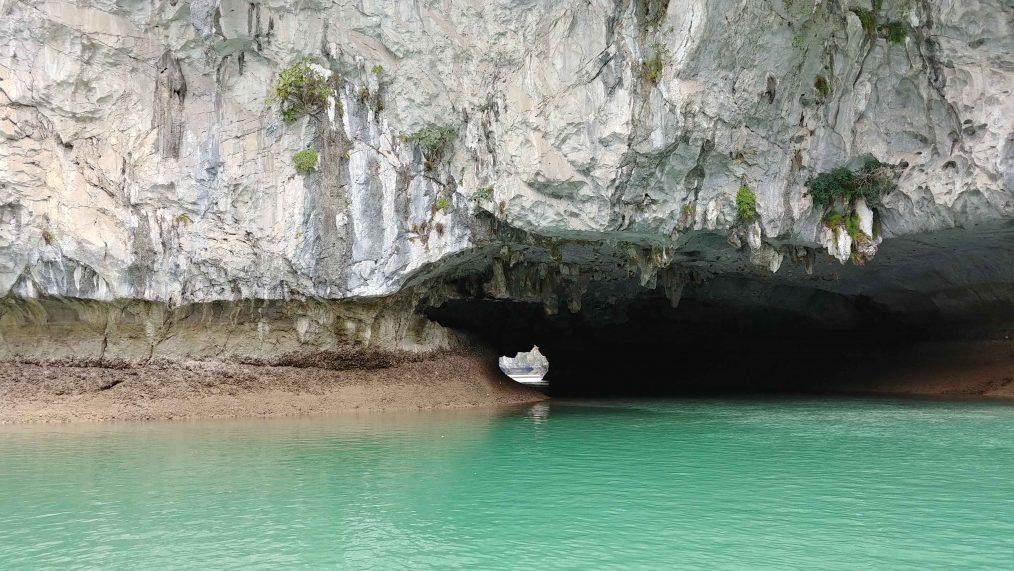 Helder blauw en groen water in Halong Bay (Ha Longbaai)