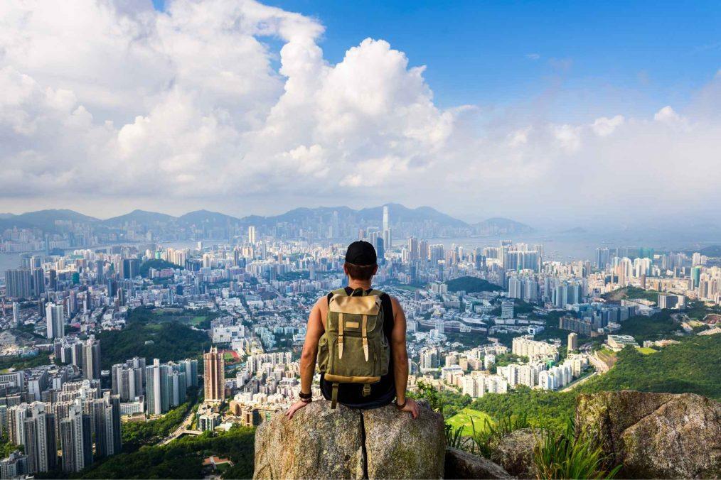Man geniet van het uitzicht op Hong Kong